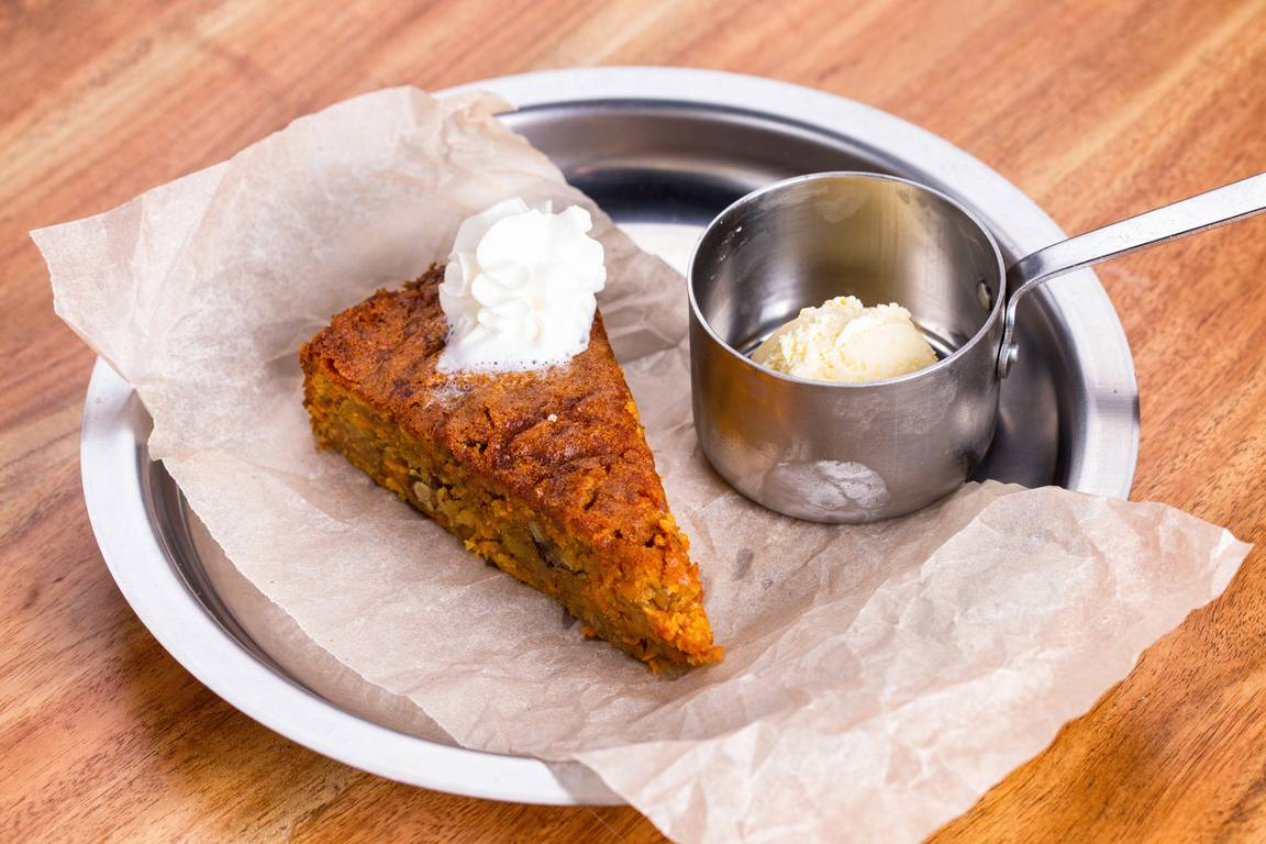 Морковный пирог с сухофруктами и мороженым